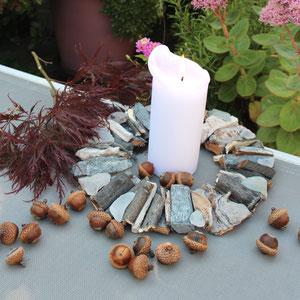 Weißer -grauer Treibholzkranz herbstlich mit Eicheln und Ahornlaub dekoriert.