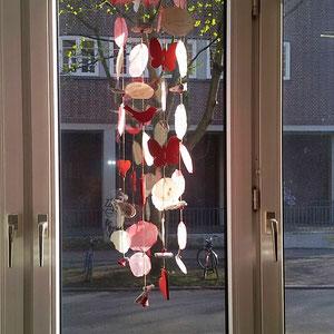 Windspiel in rot-natur im Wohnzimmerfenster