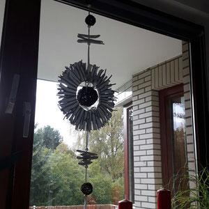 Sonne setzt Blickpunkt im Fenster
