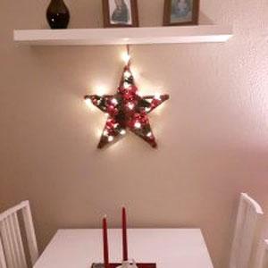 Kleiner Stern mit Lichterkette geschmückt.