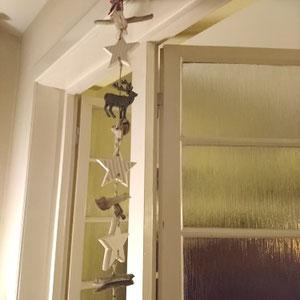 Girlande mit weißen Holzsternen im Wohnzimmer