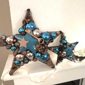 Kupfer - türkis Sternenensemble in groß und klein auf dem Kamin dekoriert.