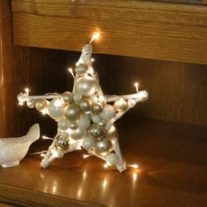 Kleiner Leuchtstern ( 30 cm Durchmesser) in eine braune Wohnwand gestellt.