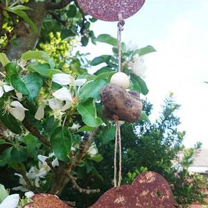 Dekoration im Apfelbaum