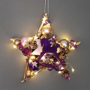 Kleiner Stern mit LED-Lichterkette, batteriebetrieben. Das Sterndesign ist in violett und rosa mit einem violetten Schaukelpferd.