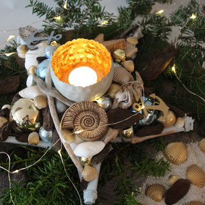 Adventskranz Stern in maritimen Style - mit goldenen Muscheln, Treibholz, Glaskugeln und kleinem Holzanker. dekoriert mit Microlichterkette, Sand und vergoldeten Muscheln.