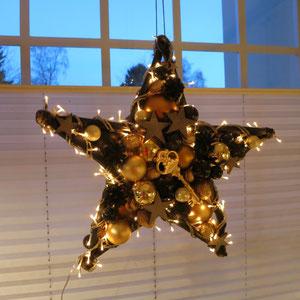 Fenster Stern mit Beleuchtung in schwarz - gold mit einem goldenem Metallschlüssel.