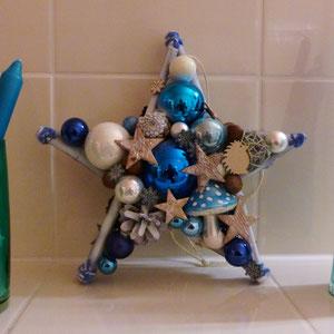 Beidseitiger Stern in Blau-Weiß mit farblich passenden Kerzen
