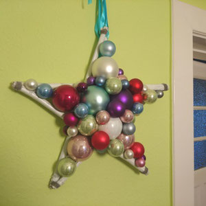 Stern aus Glaskugeln im Eingangsbereich