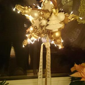 Leuchtstern beidseitg auf einem Metallständer