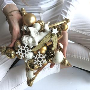 Gold - weißer Engels - Stern wird mit beiden Händen gehalten.
