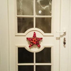 Kleiner roter Stern von Innen an der Haustür