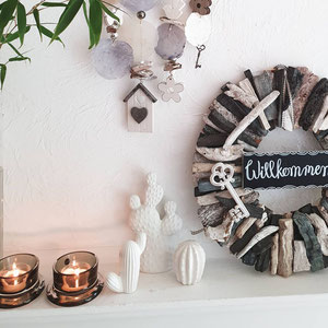 Schwarz-weißer Treibholzkranz mit Keramik Kakteen