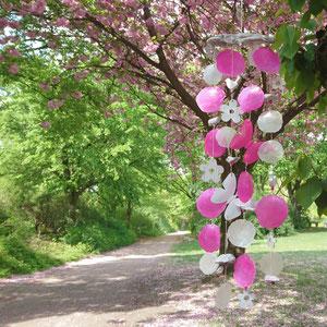 Windspiel in pink - weiß mit weißen Holzblüten und Schmetterling aus Metall.