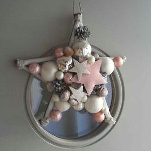 30 cm Durchmesser hat dieser Stern und passt mit rosa und grauen Farbtönen farblich perfekt zu einer grauen Haustür.