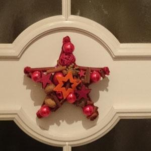 Roter Stern an der Innenseite der Haustür