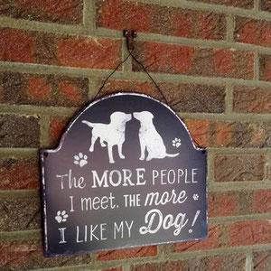 Hundeschild vor der Haustür an einer Klinkerwand