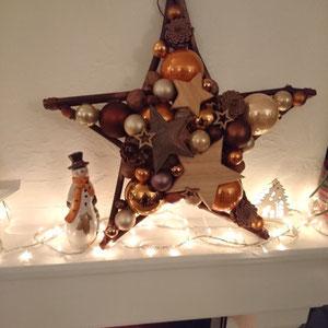 Stern als Kamindekoration mit Lichterkette