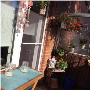 Windspiel in rot-weiß auf dem Balkon