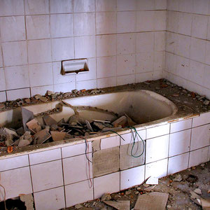 Bathtubs in one of the units in the Sathorn Unique Building © Sabrina Iovino | JustOneWayTicket.com