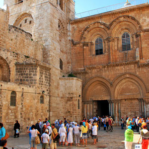 Crowds of people outside the Church of the Holy Sepulchre in Jerusalem, Israel © Sabrina Iovino   JustOneWayTicket.com