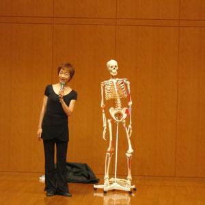 体の仕組みを説明される鶴見先生。