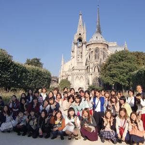 パリ。ノートルダム大聖堂の前で。