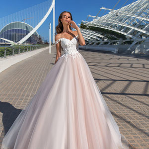 großes Prinzessinnen Brautkleid Farbe blush leichte Träger viel Tüll Schnürung myLovely München mit Reifrock