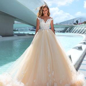 Designer Brautkleid mit Tüll Color peach Pfirsich großes Volumen Reifrock Prinzessin Stil Traumkleid durchsichtige Spitze bei myLovely