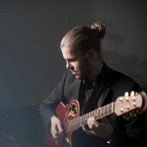 Philipp Schiepek an der Gitarre (Band München)