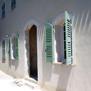 La charge placée devant la porte d'entrée de l'immense demeure