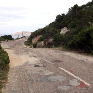 Les traces au sol indiquent la trajectoire de la voiture avant qu'elle ne vienne percuter le rocher de droite