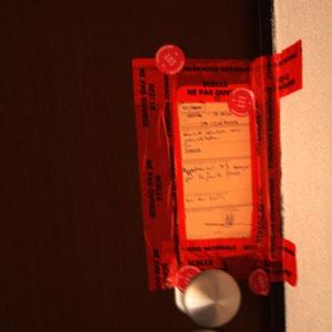 Les scellés sur la porte de l'appartement tragique