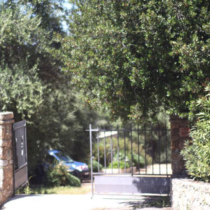 L'entrée de la propriété surveillée en attendant les démineurs