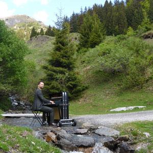 Mobiles Klavier im Gebirge
