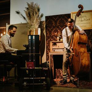 Duo Buskers Deluxe mit mobilem Klavier und Kontrabass bei Hochzeitsmesse