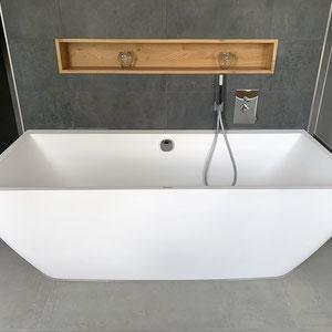 ...wer will da noch duschen? Freihstehende Badewanne vor gefliester Wand mit XXL Feinsteinzeugfliesen.