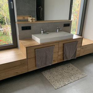 Großzügig und moderen: XXL Fliese im Format 60x120 an Wand und Boden kombiniert mit schönen Holzmöbeln.
