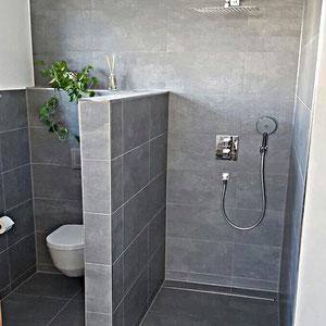 Wandgestalung mit Bodenfliesen an den Wänden