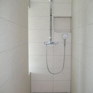 Begehbare Dusche, die aufgrund der Länge keinen Spritzwasserschutz benötigt!