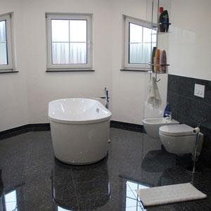 Ein edles Bad mit klassischem schwarzen Granit