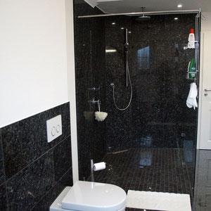 Auch an den Wänden wurde schwarzer Granit verlegt