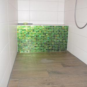 Begehbare Dusche mit Sitzbank aus Glasmosaik