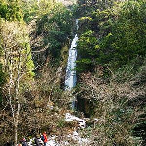 雪解け水で水量たっぷりの宝龍滝