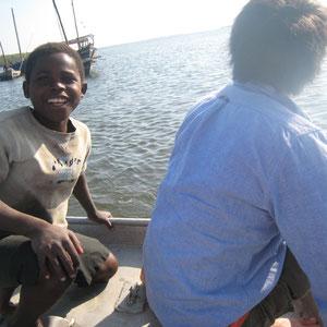 モザンビーク|係留中の船でボートで移動