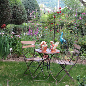 poteries de l'atelier exposées sur la table du jardin d'ombre