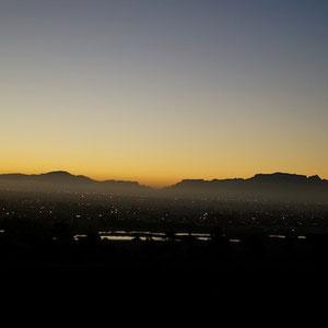 Blick über Cape Town am Abend von den Winelands kommend