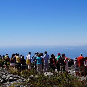 Touristen warten auf die Seilbahn am Table Mountain