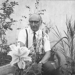 Walter Furrer in seinem kleinen Garten in der Halensiedlung in Stuckishaus