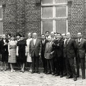 """Walter Furrer mit dem Kammerchor in Lille, wo dieser am zweiten """"Festival international de Chant choral"""" vom 10./11. Oktober 1962 teilnahm und unter 59 Teilnehmern den 3. Preis, mit der """"mention: très spéciale"""", gewann"""